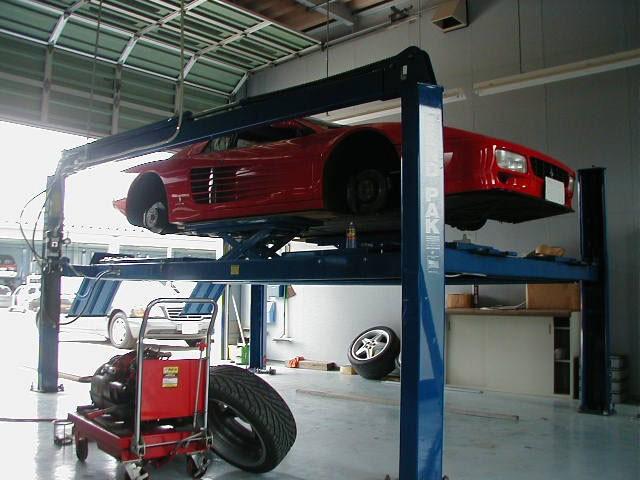 KJSの車検はすべて車をリフトに上げて洗浄・点検を行います