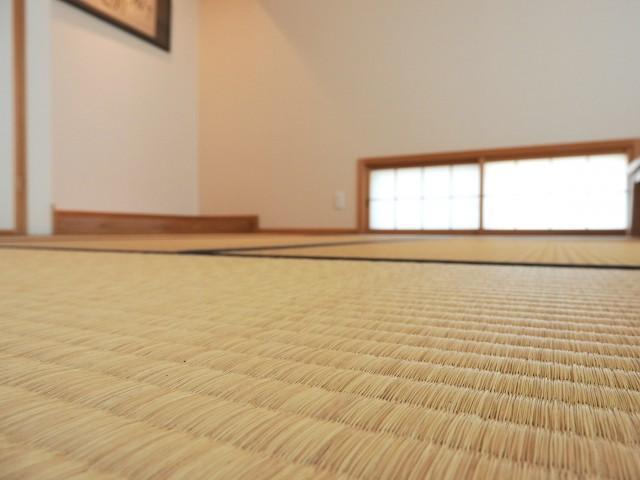 畳1枚に約500ccの水分を吸収することができ、乾燥してくると放湿し、  室内の水分をコントロールします。