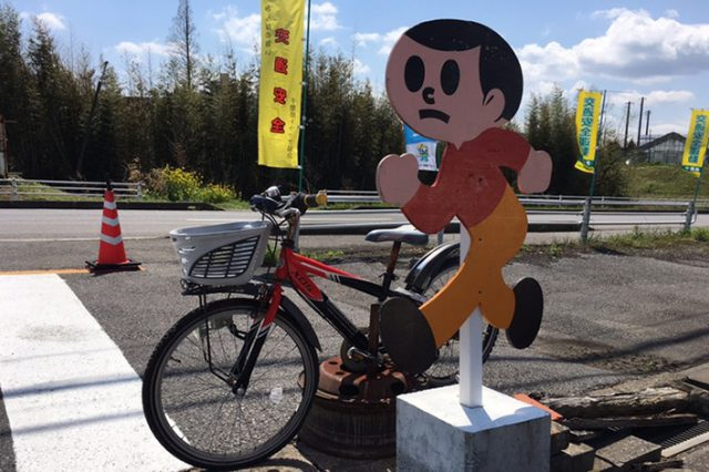 歩行者や自転車に対する事故防止意識の高揚を図るため、飛び出し人形・自転車の設置をしております。