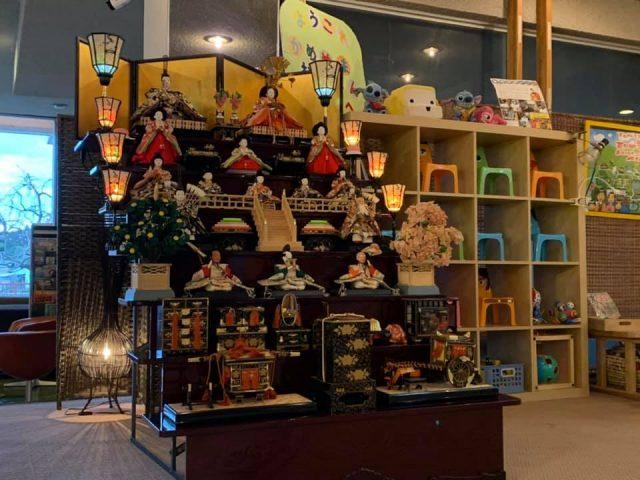 亀山温泉ホテルのロビーに七段雛飾りがお目見えです。