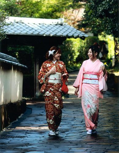 着物で城下町を散策する女性たち