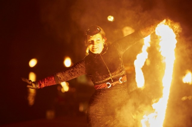 新春・イルミ特集☆火を噴き火花が散る!寒い冬を熱くする!「光と炎の王国」